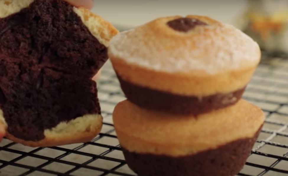 Необычные кексики из двух слоев: шоколадный брауни внизу каждой вкусняшки - настоящее наслаждение