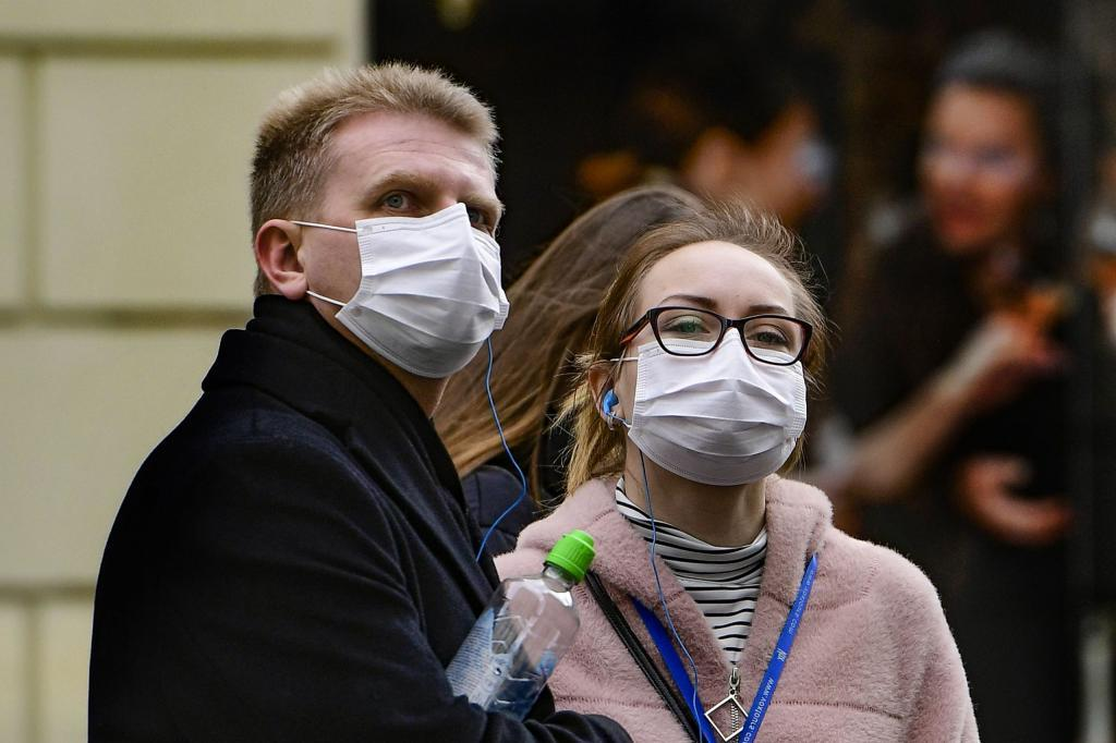 Частое дыхание - сухость во рту: российский врач рассказал о влиянии ношения масок на зубы и десны