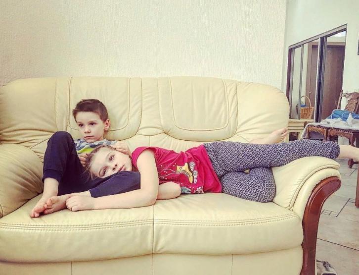 """Две дочки и сын от разных мужчин. Как выглядят дети Светланы Антоновой из сериала """"Курорт цвета хаки"""""""