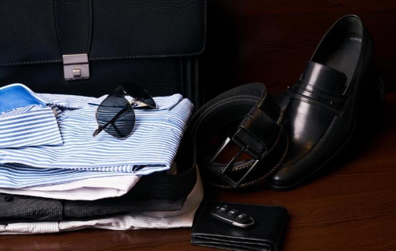 Классический костюм отходит в сторону: белая футболка, брюки карго и другие тренды мужской моды на весну-лето 2021 года