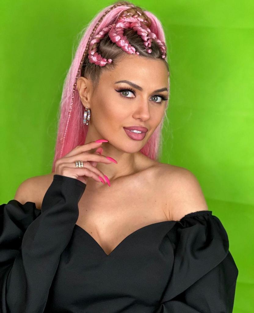 Теперь ее прическа - розовые косы: Виктория Боня сменила имидж