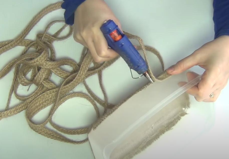 После ремонта на кухне остались ведра из-под краски и пластиковые емкости: переделала их в красивые корзины