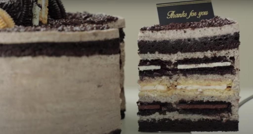 Сладкоежки останутся в восторге: соединяем сырный крем и шоколадное печенье в один десерт. Торт получается не только вкусным, но и очень красивым