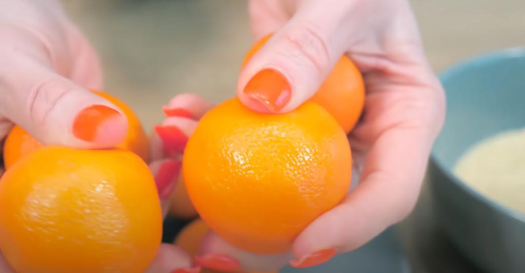 Вкус десерта возвращает в детство: лакомство готовится из мандарина и манки