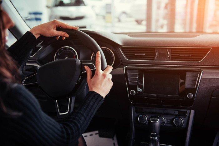 Не берите то, что есть - закажите и подождите: ошибки при покупке новых автомобилей у дилеров в РФ