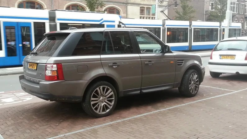 Всегда учитывайте рельеф дороги: водителям в России назвали распространенные ошибки при парковке автомобиля