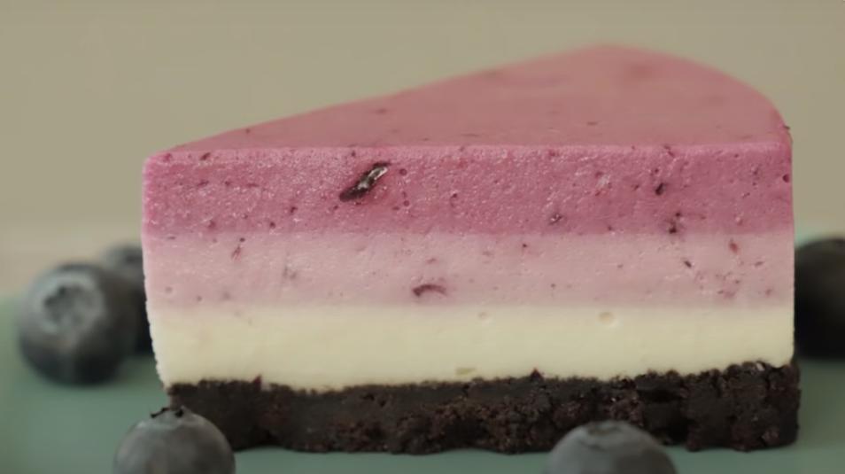 """Интересное сочетание печенья """"Орео"""" и спелой черники: домашний чизкейк без выпечки получается невероятно вкусным"""