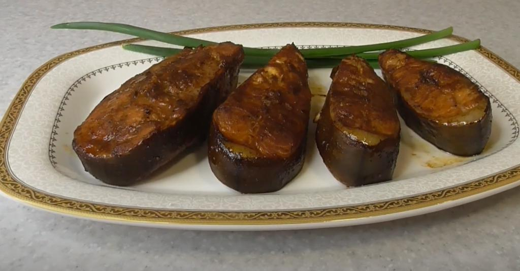 Мало кто готовит сома, а зря: рыбка получается сочной и нежной благодаря простому маринаду