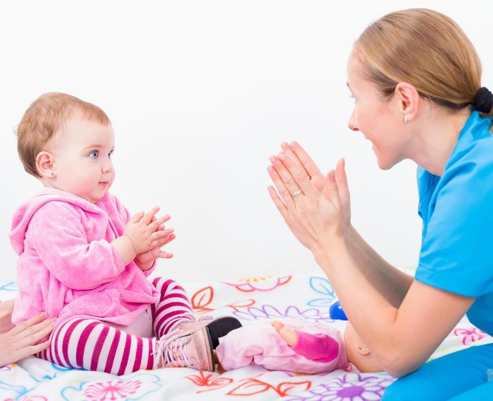 Польза и удовольствие: почему с ребенком обязательно нужно играть в ладушки и другие игры