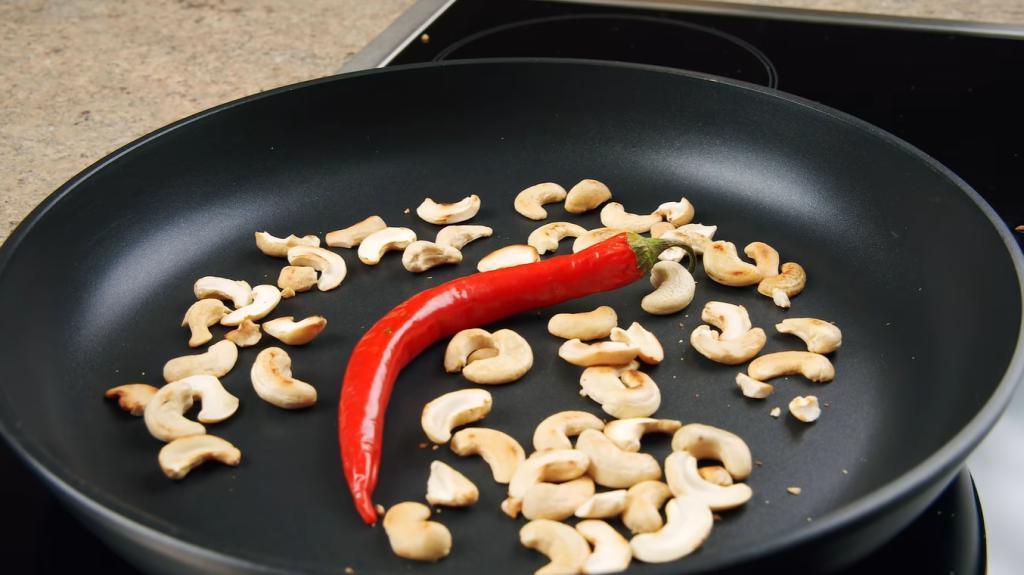 """Мало кто догадается приготовить куриное филе с орехами - а зря: получается """"кремовое"""" мясо"""
