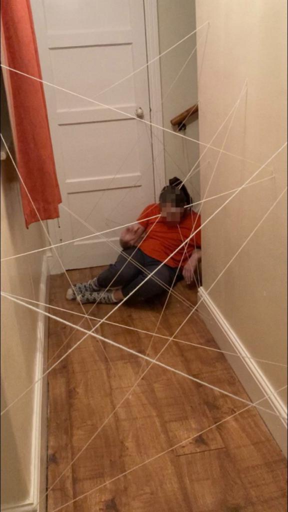 Поиграем в шпионов: Лиза создала дома полосу препятствий из ниток, шаров и стиральной машины, чтобы развлечь своих детей и племянницу
