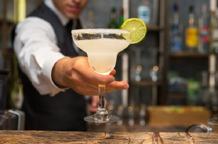 Подменяют напитки и не только: как хитрят бармены и официанты, чтобы получить больше денег с гостя