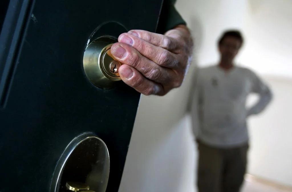 Россиянам разъяснили опасность регистрации чужих детей в своих квартирах