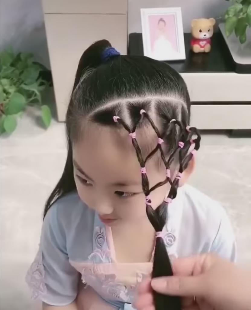 Простой способ украсить детскую прическу: как сформировать сеточку из волос мини-резиночками