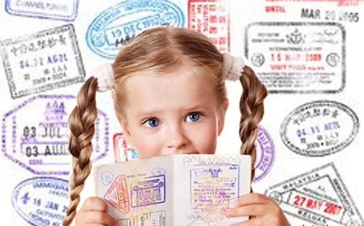 Хватит согласия и одного родителя: в России предложили упростить порядок выезда детей за границу
