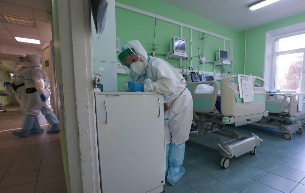 """Банкир, владелец кофеен, продюсер: кто и почему становится волонтером в """"красной зоне"""" ковид-госпиталя"""