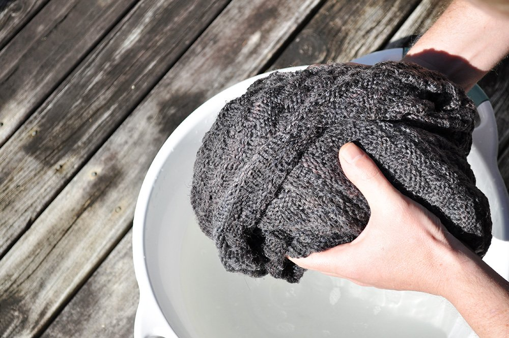 В Шанхае создали уникальную ткань, напоминающую шарф, но представляющую собой дисплей. Ее можно носить, складывать и даже стирать