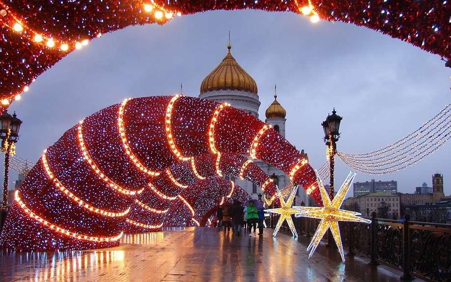Власти Москвы решили оставить городскую новогоднюю иллюминацию до апреля