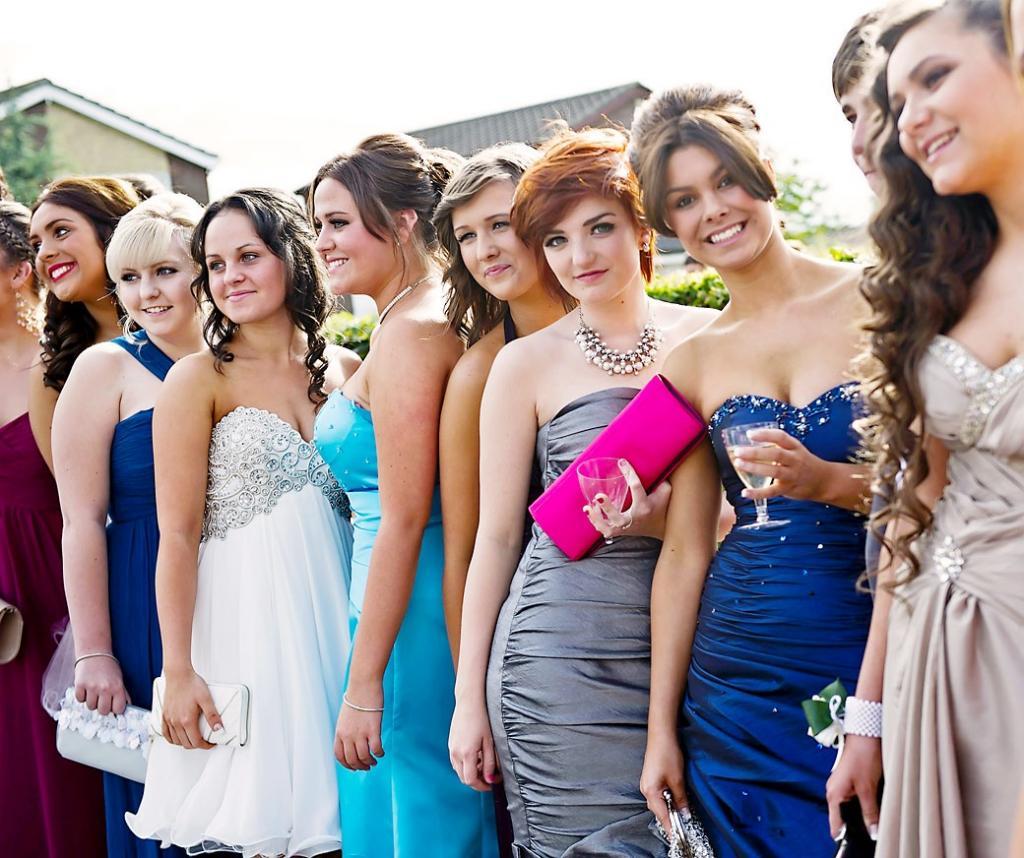 Деградация или эволюция? Как выглядели выпускницы школ тогда и сейчас: фото