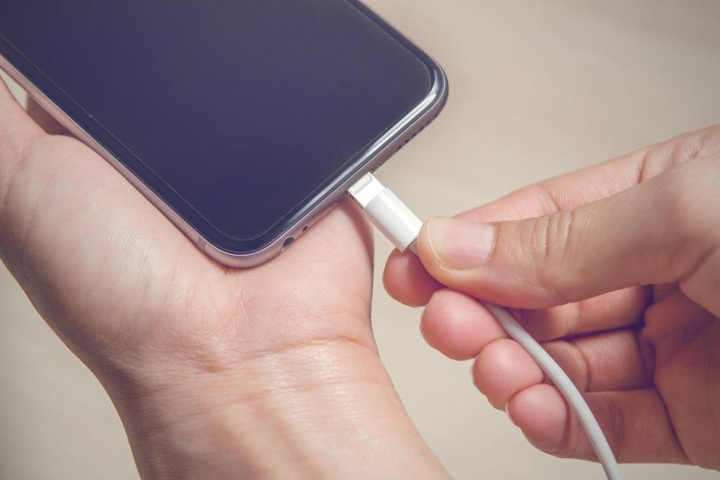 Полная разрядка смартфона до нуля не имеет смысла: Роскачество назвало распространенные ошибки при зарядке смартфона