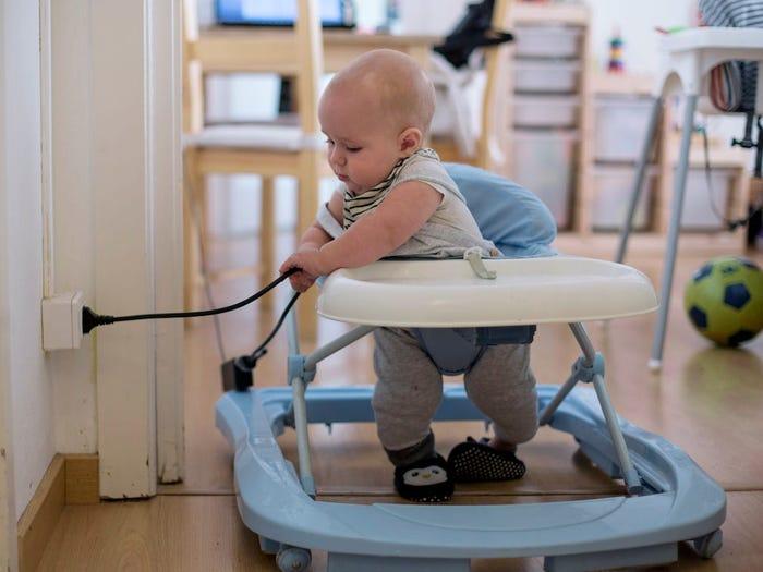 От детских ходунков и ядовитых растений до батареек-таблеток и бабушкиных сумок: чего вы не найдете в квартирах педиатров