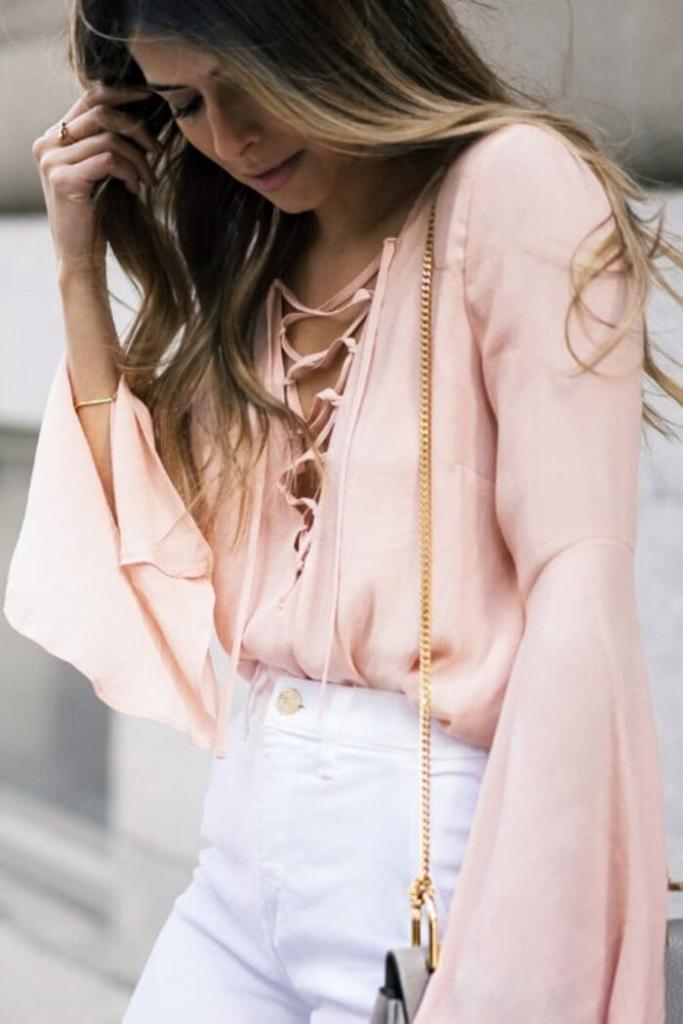 С принтом, кружевом и даже утепленные: модные модели блузок с расклешенными рукавами на весну 2021 года и стильные образы