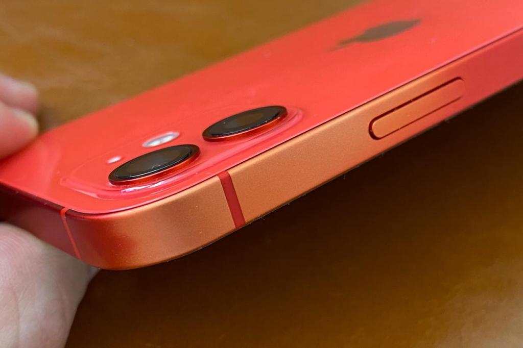Владельцы iPhone 12 и 12 mini разочарованы. У смартфона появился неожиданный дефект - он тускнеет