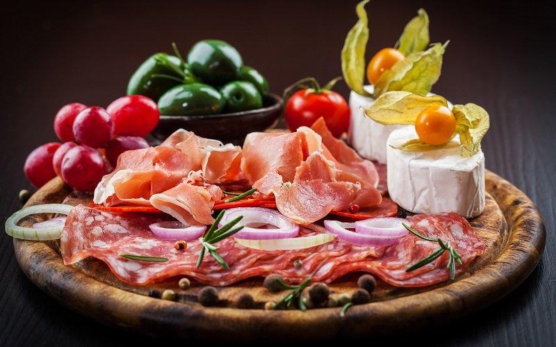 Кровяная, ливерная и не только: какая колбаса опасна для здоровья, а какая — нет
