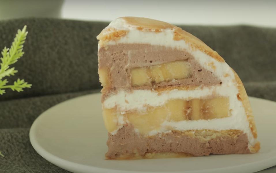 Берем печенье в форме сердечка, спелые бананы, нежный крем и превращаем их в чудесный десерт, который не требует выпекания