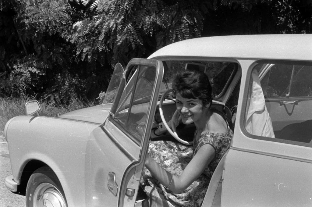 Жители ГДР гордо позировали рядом со своим любимым «Трабантом»: культовая машина на фотографиях