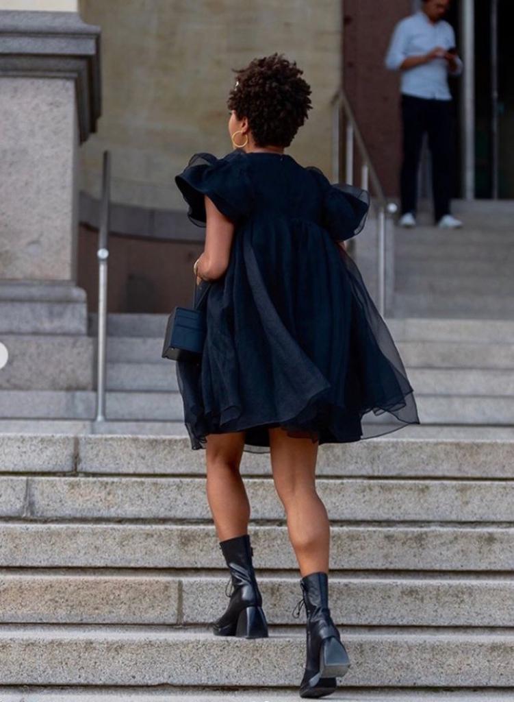 Носить платья с туфлями на шпильке умеют все, а с массивной обувью - не каждая: самые эклектичные комбинации межсезонья на эту весну
