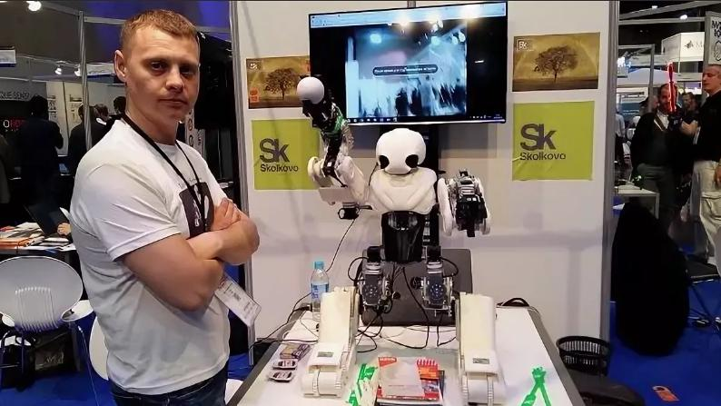 Предназначен для обучения школьников, но может накормить кота и выключить утюг: инженер из Владивостока создал уникального робота Адама