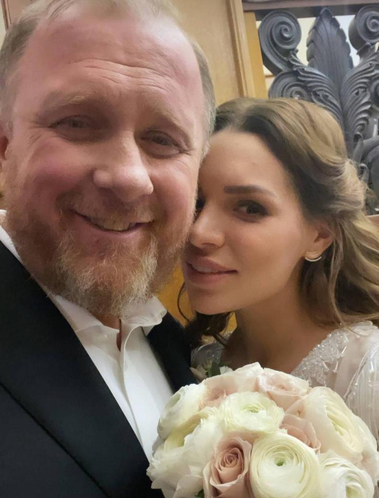 """""""Вы что, в 47 будете называть себя дедушками?"""": Константин Ивлев ответил на критику о своем возрасте и браке с молодой женой"""