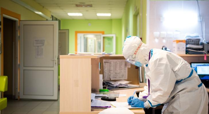 Почти двадцать пять процентов людей, перенесших коронавирус, сталкиваются с постковидным синдромом. Врач рассказал, что это за состояние