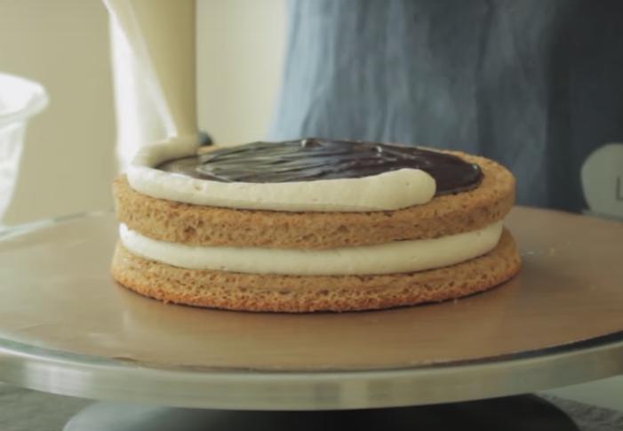 Стол украсит и вкусом порадует: готовим невероятно вкусный бисквитный тортик с кремом и кофейным ганашем