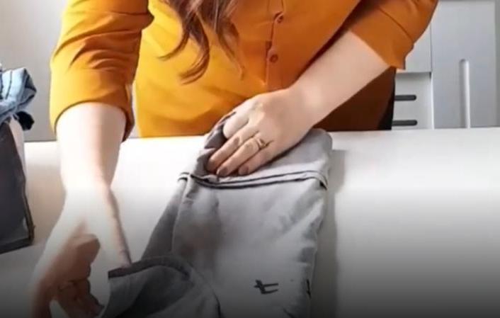 """Не мнутся и занимают меньше места в шкафу: как сложить футболки в """"карман"""""""