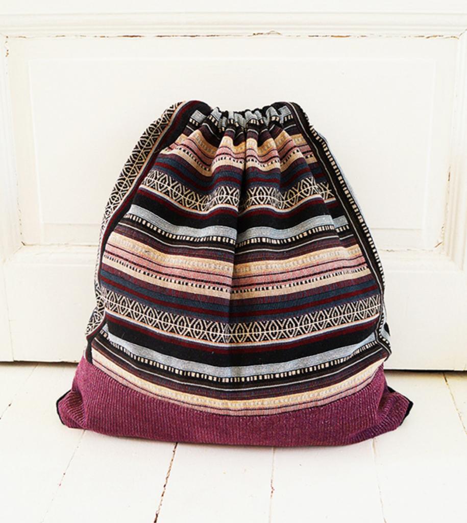 Как переделать старую юбку в удобную сумку на шнурке. Никаких затрат и опыт шитья не обязателен