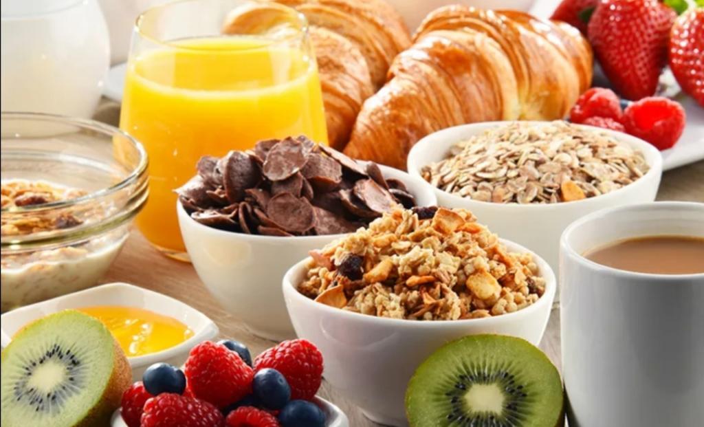 Что вредно есть на завтрак: кофе с круассаном в этом списке