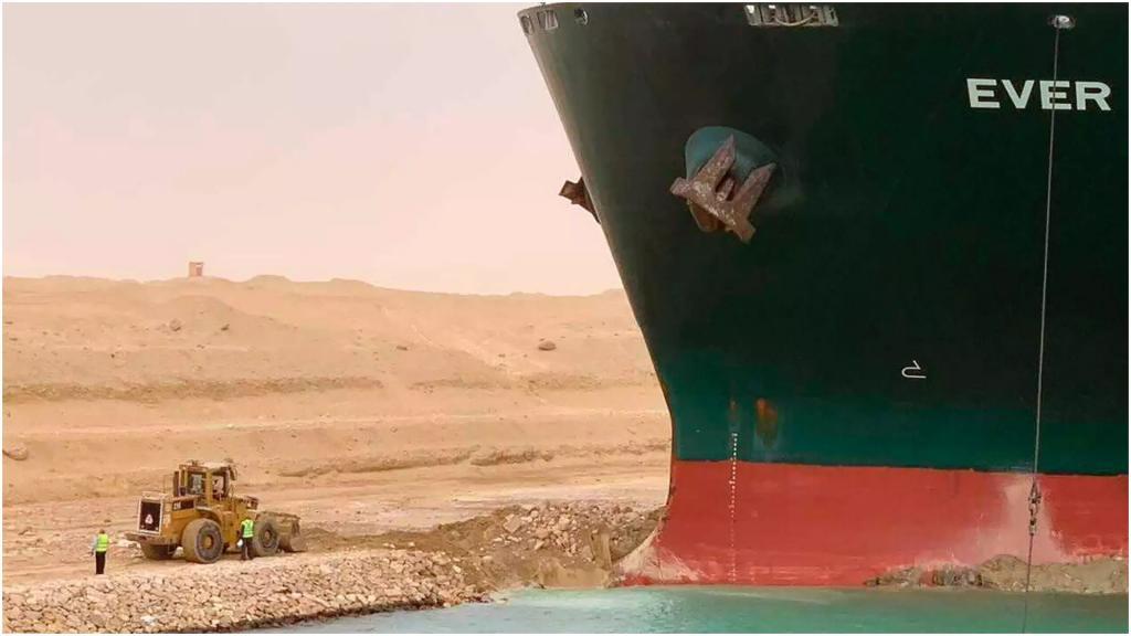 Грузовой корабль полностью перекрыл Суэцкий канал, где уже образовалась невиданная пробка