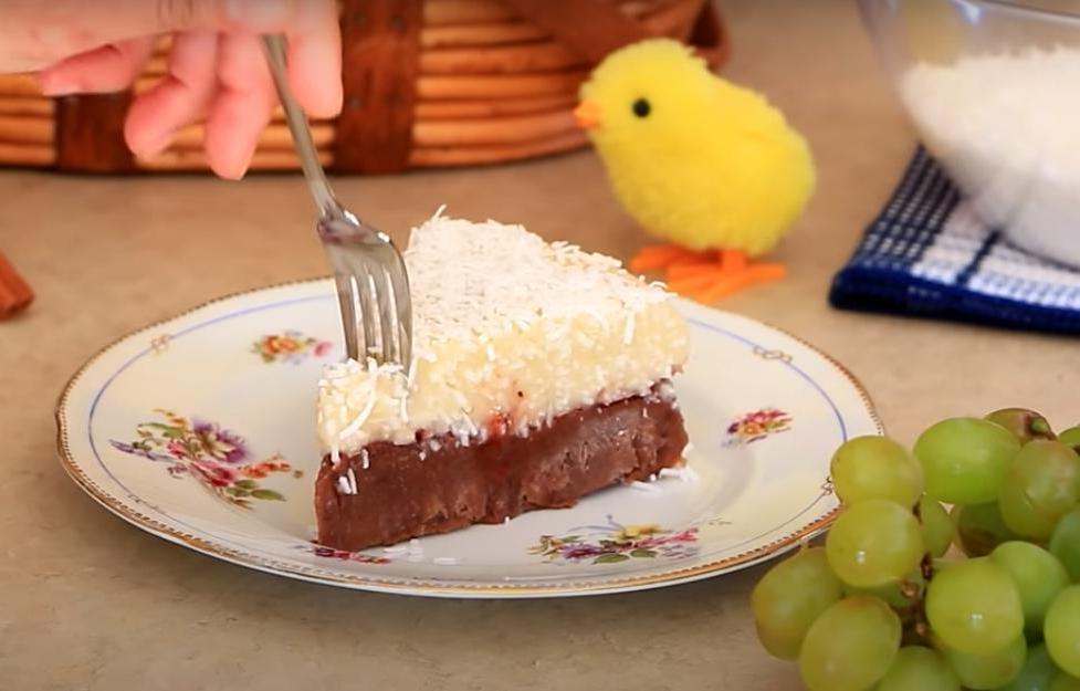 Постный десерт без яиц, молока и масла: пирог на манке получается такой, что пальчики оближешь