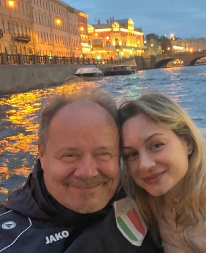Сейчас ему - 60, а ей - 37: Алексей Маклаков долго ухаживать не стал - просто увез Анну с собой и сразу женился. Они уже 14 лет вместе, воспитывают двоих детей
