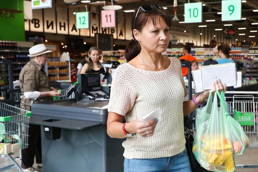 Пока шли по супермаркету, колбаса выросла в цене. Как быть, если на ценнике указана одна цена, а заплатить просят другую (отстоять свои деньги — дело принципа)