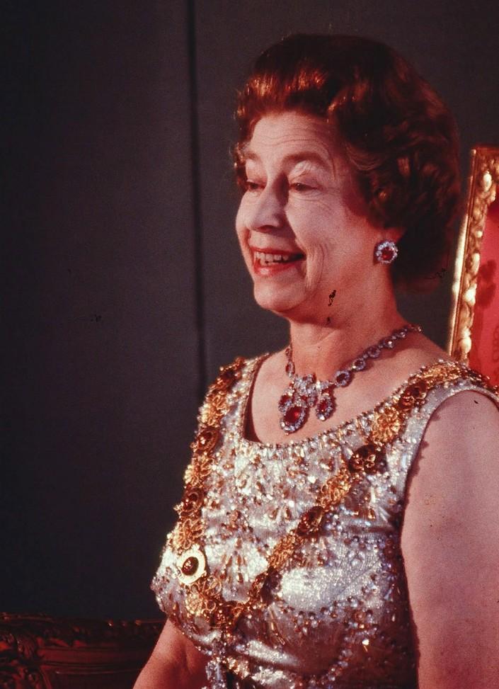 Обнаружены уникальные снимки британской королевы на троне, позирующей художнику для портрета в 1986 году