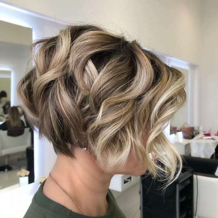 Для любительниц кудрей: подборка модных стрижек для вьющихся волос