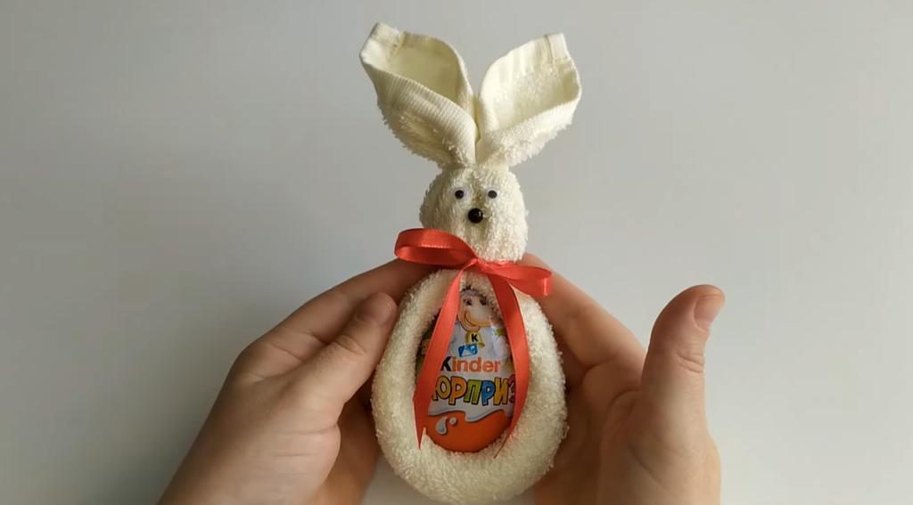 Для необычного подарка к Пасхе берем кухонное полотенце и шоколадное яйцо: можно задарить всех родственников
