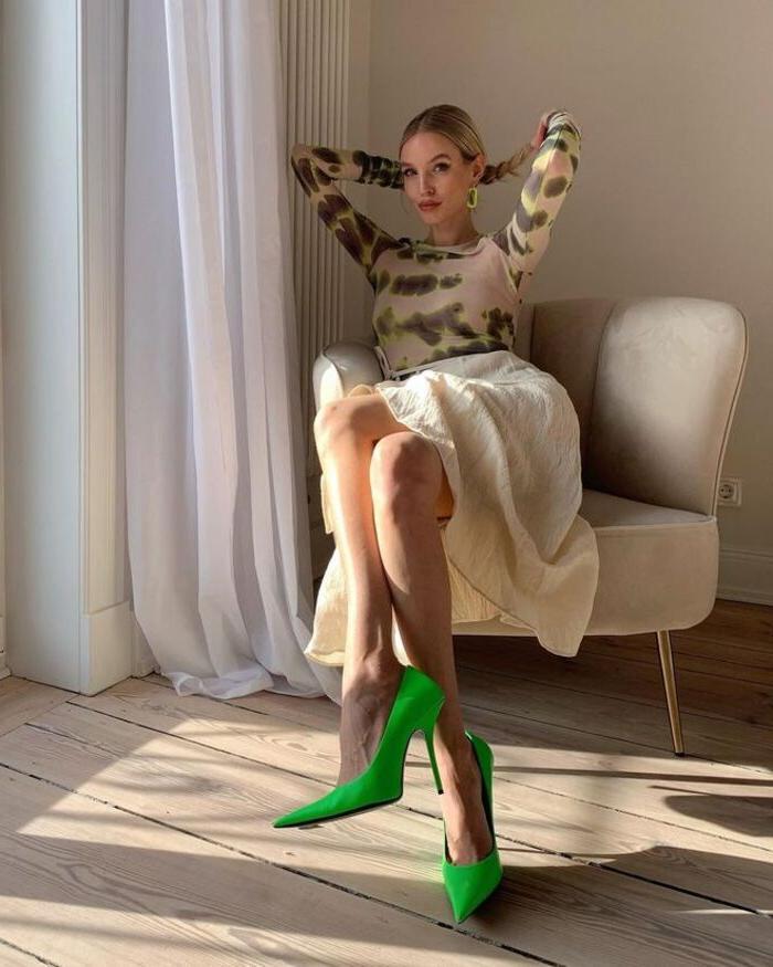 Яркие детали снова в моде, пора начинать экспериментировать: как правильно создать цветовой акцент в образе (на примере модного блогера)