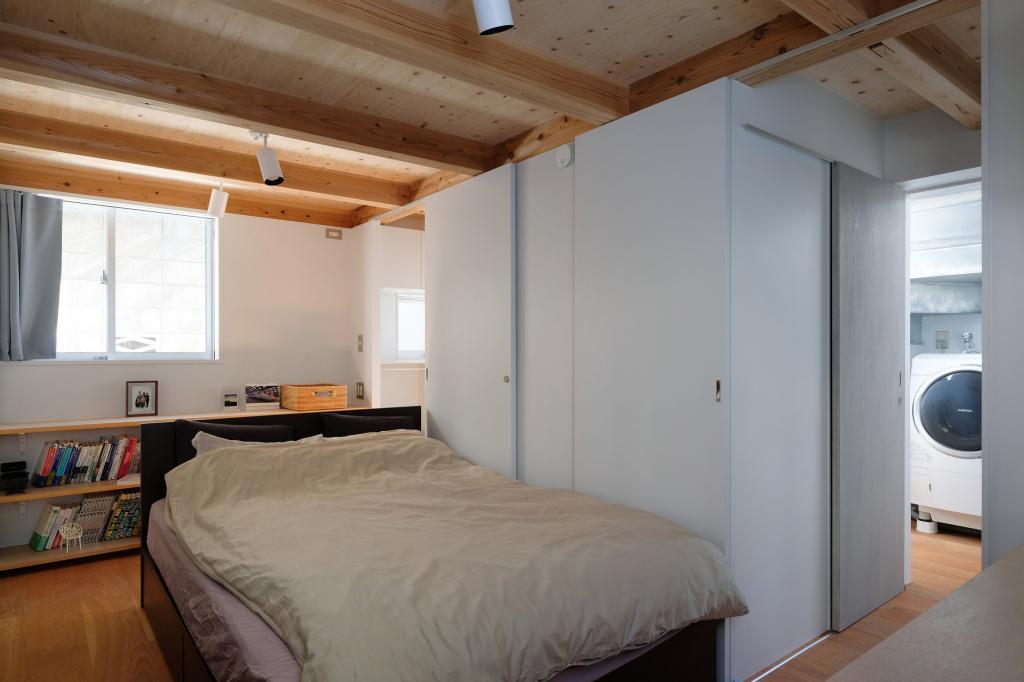 На крохотном участке поместился современный дом в 26 кв.м. Как он выгляди внутри