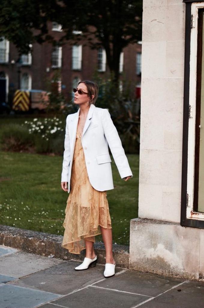 Образы, наполненные мужской энергией и дышащие нежной женственностью: как носить самую трендовую пару сезона - длинное платье и блейзер
