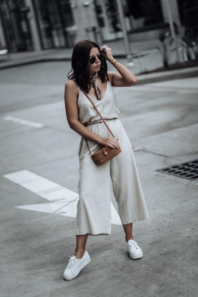С чем сочетать белые кроссовки: подборка стильных ежедневных образов на весну