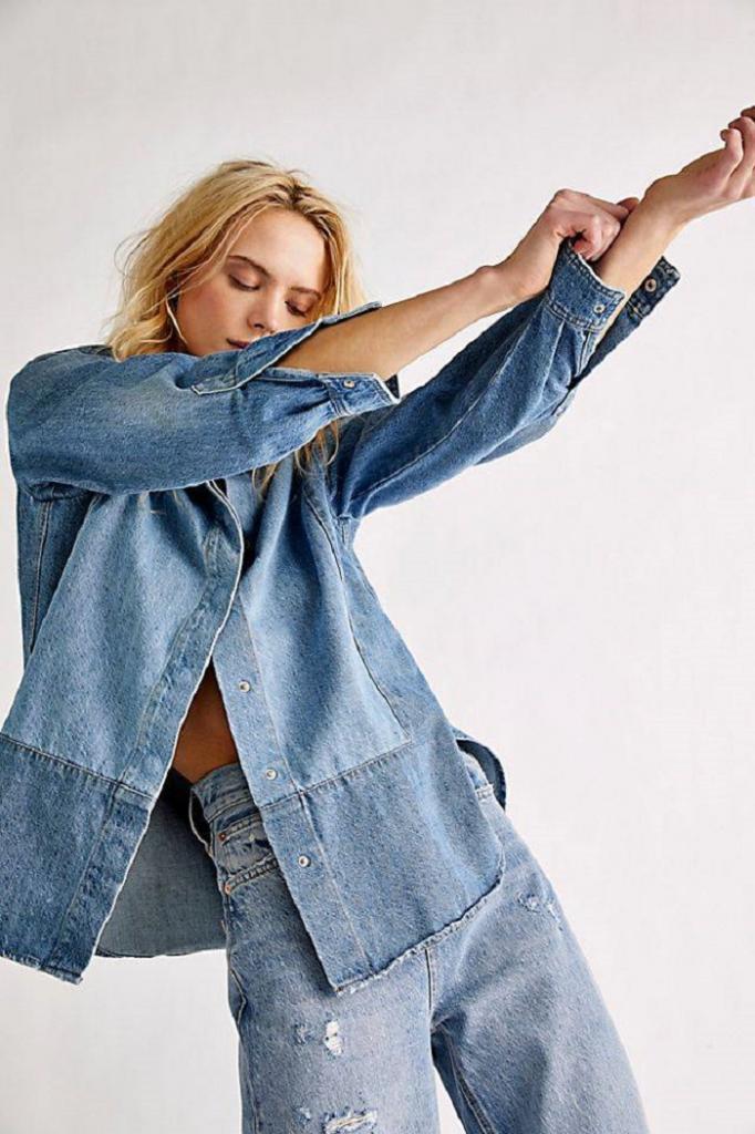 Кожаные брюки со свитером и не только: идеи трендовых образов на апрель для женщин
